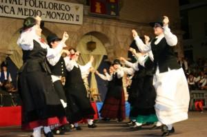 Bailes tradicionales en el Festival Folclórico.