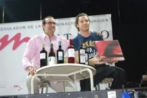 Mariano Beroz entregó vinos y un libro a Bisbal. JLP.
