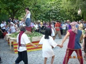 Los actores celebran la vendimia bailando al corro. Foto Paco Velázquez.