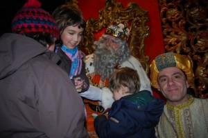 Melchor junto a su paje atendiendo a los niños. JLP.