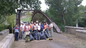 Los voluntarios posan en el puente de Santa Fe.