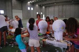 Niños y mayores disfrutan de la elaboración de sus cabezudos. JLP.