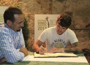 Dani Martín firma en el libro de honor de la DO. Somontano.