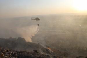 Labores de extinción del incendio en Monzón.