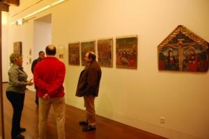Turistas contemplando las tablas del taller de Pedro García de Benabarre. JLP.