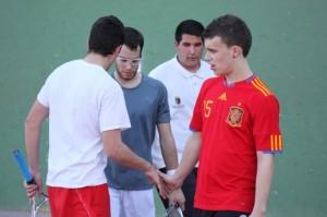 Pese a perder, Peraltilla X saluda deportivamente al Club Pelota, como siempre debería pasar. Foto: Eduardo Budiós.