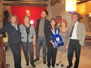 La alcaldesa de Salas Altas, Inma Subías, entrega un obsequio a la delegación noruega. JLP.