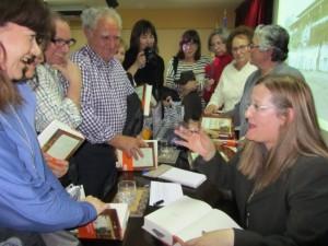 La autora conversa con los lectores. JLP.