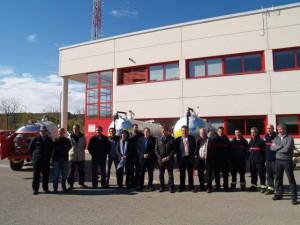 Los alcaldes con los remolques en el parque de bomberos. JLP.