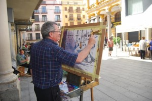 Uno de los pintores refleja la Plaza del Mercado. JLP.
