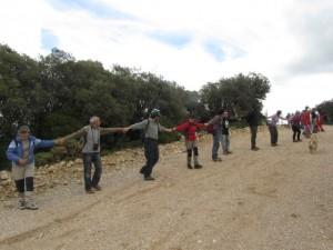 Cadena humana en el límite con el coto de caza. JLP.