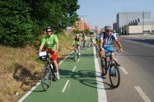 Ciclistas por el carril bici. JLP.