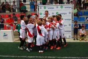 Pablo Bravo entrega la copa de campeones. JLP.