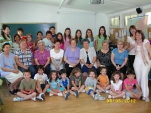 Foto de familias de los participantes en el curso con los niños de Pozán.