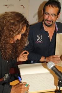Rosario Flores firma el libro del Festival del Vino del Somontano. NBC.