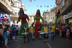 Grupo de batucada y de gigantes brasileños. JLP.