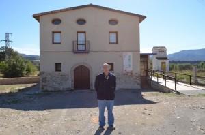 Joaquín Paricio ante el restaurado molino. JLP.
