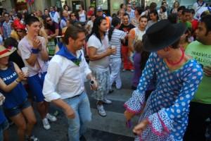 Javier Betorz baila con uno de los miembros de la carroza de flamenco. JLP.