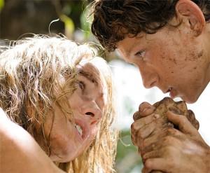 María (Naomi Watts), Henry (Ewan McGregor) y sus tres hijos pasan las vacaciones de invierno en Tailandia. Una mañana, mientras se encuentran en la piscina, un terrible rugido emerge del centro de la tierra. María se queda paralizada por el miedo, al ver cómo un inmenso muro de agua oscura avanza por los jardines del hotel hacia ella. Largometraje sobre el tsunami que azotó el sudeste asiático en 2004. (FILMAFFINITY)