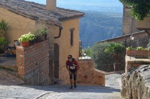 Una de las primeras corredoras a su paso por Alquézar. JLP.