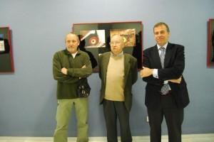 Manuel Aguilera, el padre de David y el presidente de la DPH en una exposición sobre su obra en Barbastro. JLP.