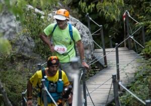 Los corredores a su paso por las pasarelas del Vero. Hugo Loriente.