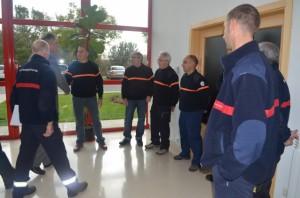 El consejero saluda a los miembros de protección civil. JLP.