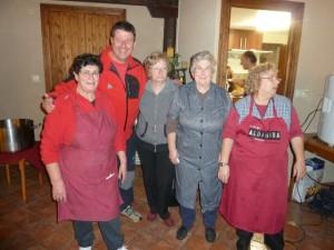 José Masgrau con las cocineras de Estadilla. MAB.