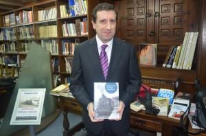 Andrés Botanch con su libro. José Luis Pano.