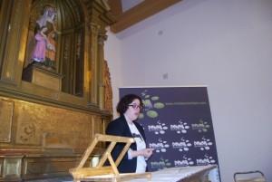 Elvira Ramos, durante el recital poético del 5º aniversario de Ronda Somontano, en la Feria del Libro de Barbastro. JLP.
