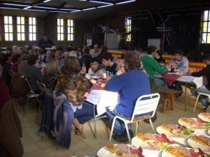 Comida popular en el salón social. Foto: Paco Velázquez (Estada).