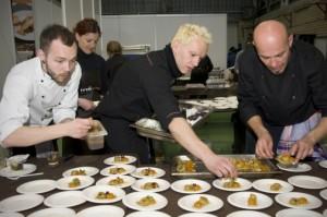 Cocineros preparando las tapas. DPH