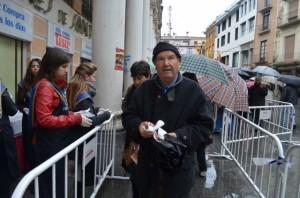 Numeroso público a pesar de la lluvia. JLP.