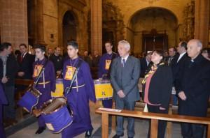 La pregonera junto al presidente de las cofradías y al obispo. JLP.