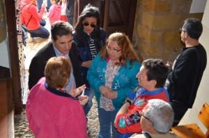 El consejero Oliván con la alcaldesa de Monzón. JLP.