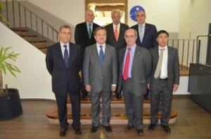 El embajador junto al alcalde, el director de la UNED y representantes de la Cámara de Comercio de Huesca. José Luis Pano.