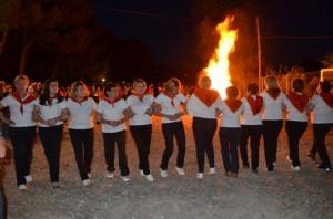 Las mujeres de Tradiciones danzan junto a la hoguera de San Ramón. JLP.