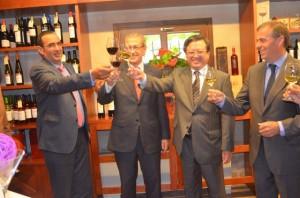 Beroz, el delegado del Gobierno, el embajador y Cosculluela brindan con Somontano. JLP.