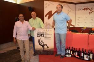 Jesús Lobera, Ángel Trallero y Mariano Beroz con el cartel. JLP.