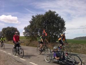 Diego pedaleando junto a Solana y amigos.