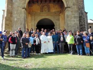 Los asistentes junto a los sacerdotes