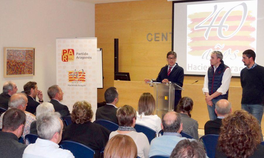 Arturo Aliaga con los presidentes local y comarcal del PAR