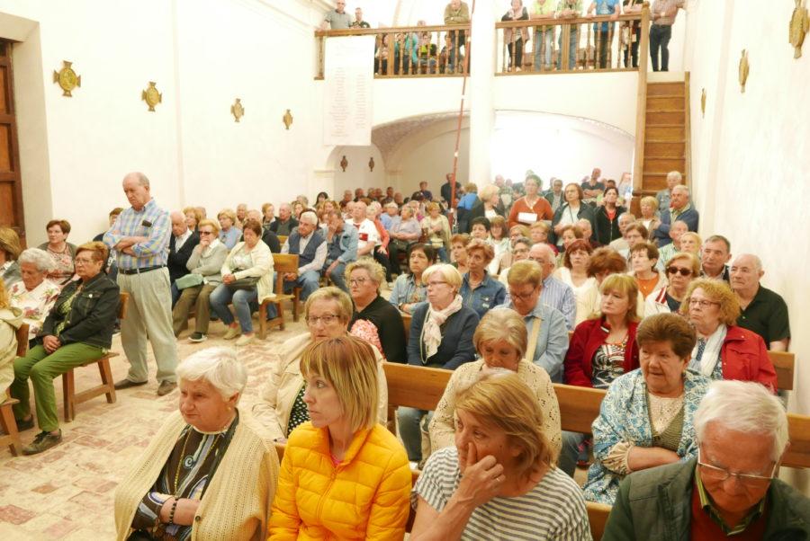 Misa en el interior de la ermita