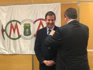 Luis Masgrau recibiendo la insignia de oro