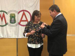 Carmen Guardia recibiendo la insignia de oro