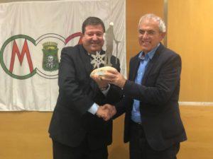 Daniel Vallés recibiendo su trofeo por su divulgación de los caminos y las rutas senderistas de la provincia de Huesca e impulsor del camino de San Ramón