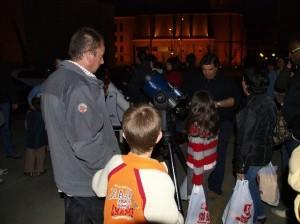 Observando el firmamento con telescopios. (Foto: JLP)