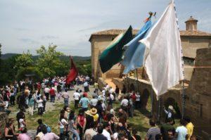 Las banderas de los romeros ondean al viento. Foto: Nacho Pardinilla.