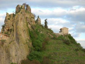 La peña Mota es uno de los rasgos geográficos más inconfundibles de la localidad.