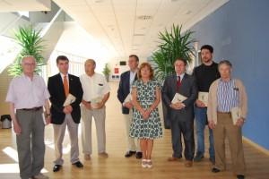Broto, en el centro, con los autores del libros, el alcalde, el director del Museo Pedagógico y antiguos alumnos. Foto JLP.